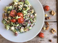 Raw broccoli salade met noten en yoghurtdressing, heerlijk licht, gezond en makkelijk te maken.