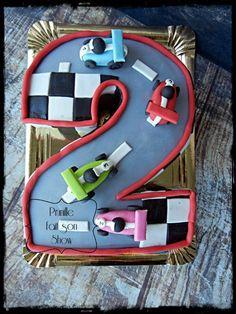 Gateau circuit de voitures en forme de chiffre