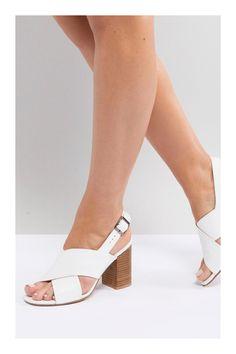Zapatos perfectos para época de calor #TiZKKAmoda #zapatos #sandalia #blancas #tiras #tacones Sandals Outfit, Shoes Sandals, Heels, Wedge Sandals, Slippers For Girls, Slipper Sandals, Luxury Shoes, Summer Shoes, Shoe Boots