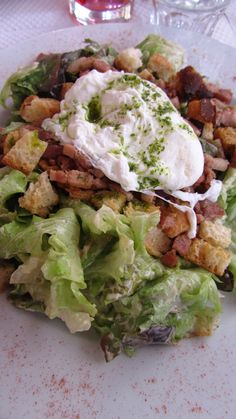 La célèbre Salade Lyonnaise : oeuf poché, salade, croutons, lardons