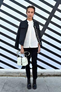 Alicia Vikander at Louis Vuitton - The Best Front Row Fashions at Paris Fashion Week Spring 2017 - Photos Fashion Mode, Fashion Week, Fashion 2017, Star Fashion, Paris Fashion, Winter Fashion, Fashion Show, Womens Fashion, Daily Fashion
