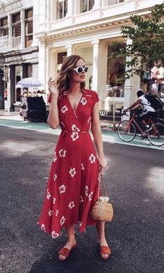 STREET STYLE: Reformation red midi dress dress with straw basket bag - My Outfits Look Fashion, Street Fashion, Spring Fashion, Trendy Fashion, Mode Outfits, Dress Outfits, Fashion Outfits, Wrap Dress Outfit, Fashion Ideas