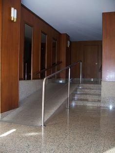 Rampa de acceso en interior portal, con barandilla. ...