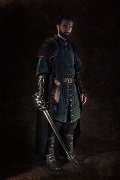 Composed of gaiters and forearms in blue leather and brown thongs. Shoulders and tassettes in leather scales. Pants, a shirt, a riveted velvet overcoat and a woolen cape. Fantasy Male, Fantasy Armor, Medieval Fantasy, Larp, Cosplay, Jordy Baan, Location Costume, Renaissance, Mens Garb