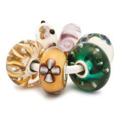 Dieses Set schmückender Beads greift Elemente des täglichen Lebens auf und dennoch erwecken seine schönen Farben Erinnerungen an verschiedene Kulturen. •Name: Folklore Set • Glas/Sterling Silber • Designer: Vaineta Gaižutien • Referenz: 63038
