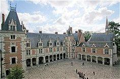 Château de Blois : L'aile Louis XII et la chapelle Saint-Calais.construite après son mariage avec Anne de Bretagne, lorsque Louis XII désigna Blois comme sa résidence principale avec à de nombreux endroits les emblèmes de Louis XII et d'Anne de Bretagne : le porc-épic et l'hermine.Dans les huit salles qui constituaient autrefois les appartements royaux, vous découvrirez une importante collection de tapisseries, mais aussi une galerie de portraits datant du XVIe et XVIIe siècles.