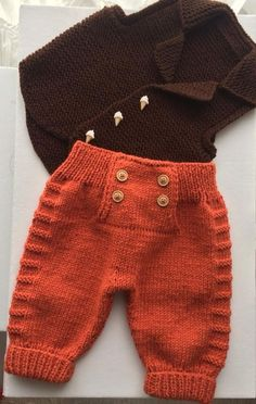 "Diy Crafts - Baby Ligt Green-Ligt Grey Line Hand knitted Overalls with detailed cabled bodice and Sweater ""A Ravelry pattern. Baby Ligt Green-L Knit Baby Pants, Knit Baby Sweaters, Knitted Baby Clothes, Baby Cardigan, Baby Boy Knitting, Knitting For Kids, Baby Knitting Patterns, Baby Patterns, Crochet Patterns"