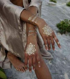 Your search for the perfect gold henna tattoo design ends here. Embrace some of the mind-blowing gold henna tattoo designs right here. Henna Tattoos, Et Tattoo, Boho Tattoos, Mehndi Tattoo, Henna Tattoo Designs, Henna Mehndi, Henna Art, Unique Tattoos, Mehndi Designs