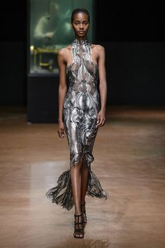 See all the Iris van Herpen Couture Fall 2017 looks from the runway.