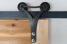 住宅や店舗を設計・施工している株式会社ルーヴィス(ROOVICE)の「アウトセットドアレール」シリーズは、使いなれたドアを蘇らせる魅力的なリノベーション・ツールです。DIY好きなら、自分でもできそうな手軽さもグッド。 Iron Furniture, Unique Furniture, Diy Garage, Beautiful Living Rooms, Red Oak, Spring Home, Door Design, Modern Interior Design, Industrial Style