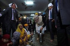 PM Narendra Modi SERVED LANGAR AT GOLDEN TEMPLE #PollKhol