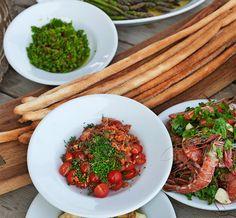 Jyrki Sukulan italialaisen grillimenun raikkaina kasvislisukkeina tarjotaan vihreää salsa verdeä ja tomaattipohjaista salsa picantea.