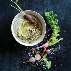Aus gerösteten Kürbiskernen, Olivenöl und Tahini-Paste wird eine orientalisch angehauchte Köstlichkeit.