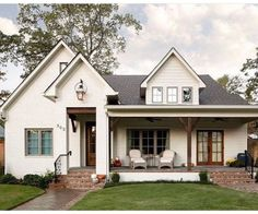 70 Rustic Farmhouse Exterior Design Ideas - The farmhouse exterior design totally reflects the entire style of the house and the family tradition as well. The modern farmhouse style is not only for interiors. It takes center stage on the exterior as well. Farmhouse Front Porches, Modern Farmhouse Exterior, Rustic Farmhouse, Farmhouse Style, Farmhouse Ideas, Interior Design Farmhouse, French Farmhouse, Style At Home, Design Exterior