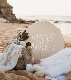 Meet the Andersons! ✨ Our Timber Welcome Sign with Gold Mirror Acrylic details look right at home in this beautifully styled beach setting…