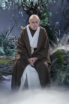 Bob Newhart played an aged Professor Proton (Arthur Jeffries), a former science TV show host turned children's party entertainer (Sheldon's TV hero). And comes to Sheldon in his dreams as a robe-wearing Obi-Wan Kenobi. Big Bang Theory Funny, The Big Band Theory, Big Bang Theory Characters, John Ross Bowie, Johnny Galecki, Sometimes I Wonder, Comedy Show, Tv Actors, Obi Wan