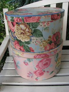 Vintage hatboxes like the ones I made from scrap wallpaper ends! Estilo Shabby Chic, Shabby Chic Style, Shabby Chic Decor, Vintage Hat Boxes, Vintage Decor, Vintage Floral, Fabric Covered Boxes, Bottle Box, Hat Stands
