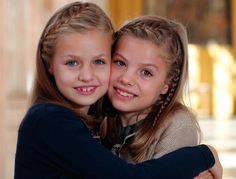 Leonor and Sofia, the daughters of King Felipe and Queen Letizia, take the spotlight in this year's royal Christmas card, but have not escaped ridicule on social media. Royal Family Christmas, Family Christmas Cards, Christmas 2015, Merry Christmas, Spanish Christmas, Queen Rania, Queen Letizia, Princess Letizia, Princess Star
