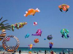 Kite Malvarrosa beaches.    Cometas en las playas de la Malvarrosa.    http://www.valenciabusturistic.com/