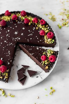 If you love chocolate you NEED to make this dark chocolate ganache tart. That's the perfect quality mix! Tart Recipes, Dessert Recipes, Chocolate Ganache Filling, Delicious Desserts, Yummy Food, Melting Chocolate, Chocolate Recipes, Cupcake Cakes, Cravings