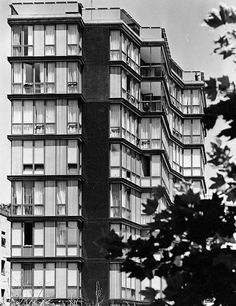 Apartment Building on Via Quadronno in Milan, Italy, by Angelo Mangiarotti Classic Architecture, Facade Architecture, Building Front, Brutalist, Modern Buildings, Urban Landscape, Scenery, Gigon Guyer, Places