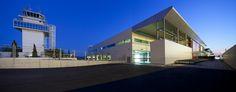 Exterior del Aeropuerto de Ibiza. De noche e iluminado muestra totalmente la modernidad que se intenta reflejar en su diseño y arquitectura.