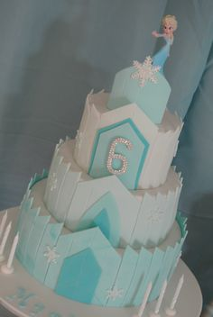 Elsa's ice castle cake, FROZEN birthday party. This looks awesome and actually pretty easy. Cut strips of fondant and let harden some before attaching to the cake.