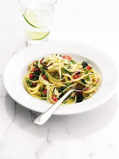 Linguine with a fresh tomato and olive sauce recipe. An essential Italian dish that you could be enjoying in less than 30 minutes. Ripe tomatoes and salty olives combine for an instant flavour hit. Cheesy Pasta Recipes, Vegetarian Pasta Recipes, Vegetarian Italian, Clean Recipes, Cooking Recipes, Healthy Recipes, Clean Meals, Healthy Dinners, Free Recipes