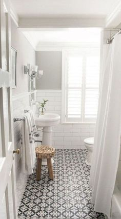 Such a simple and clean white and black bathroom design. - M Loves M Such a simple and clean white and black bathroom design. - M Loves M Bathroom Design Small, Bathroom Interior Design, Bathroom Designs, Small Bathrooms, Tiled Bathrooms, Narrow Bathroom, Modern Interior, White Bathrooms, Bathroom Trends