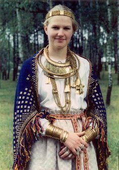 Latgallian/Latgaļu from Iron Age Latvia. Metal reproductions by Daumants Kalniņš of Seno Rotu Kalve in Cēsis, Latvia. Modeled by his wife. The tunic sleeves were tucked into wide bronze spiral bracelets. Renaissance, Historical Costume, Historical Clothing, Medieval Clothing, Vikings, Mode Boho, Viking Age, Iron Age, Folk Costume
