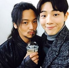 Ji Soo hangs out with Byun Yo Han and Yoo Ah In on the set of Six Flying Dragons
