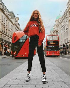"236 mentions J'aime, 8 commentaires - Olivia. (@oliviabynature) sur Instagram : ""Feeling on top of the world Lil Liv vs. Big London City Alway matching the busses ‍♀️"""
