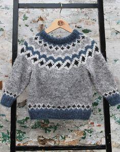 Kambur børne sweater strikkekit - All Hair Styles Fair Isle Knitting Patterns, Knitting Designs, Knit Patterns, Knit Baby Sweaters, Knitted Baby Clothes, Knitting For Kids, Easy Knitting, Pull Jacquard, Baby Boy Cardigan