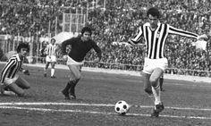 1976: Roberto Bettega con la maglia della Juve contro la Roma.