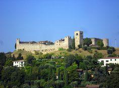 Salite fino al Castello di Padenghe, attraversate il fossato ed esplorate le sue strade e stradine, infine ammirate lo splendido panorama sul Lago di Garda.