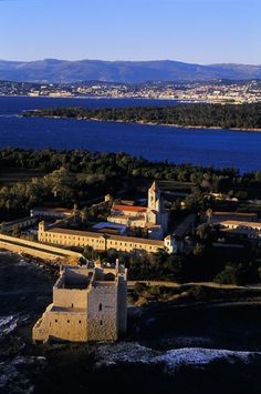 L'abbazia di Lerins, davanti a Cannes.