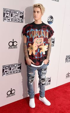 Gotta give it up for Justin Bieber for rolling up to the AMAs red carpet in jeans and a t-shirt. Justin Bieber Outfits, Justin Bieber Selena Gomez, Justin Bieber Style, Justin Bieber Pictures, Justin Bieber Tattoos, Justin Bieber Wallpaper, Superenge Jeans, T Shirt And Jeans, Selena Gomez T Shirt
