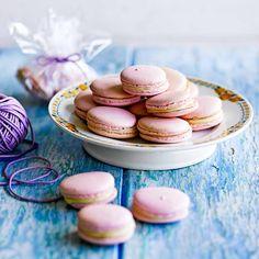 Zoet, licht en bijzonder: Franse macarons zijn onweerstaanbaar. In dit recept maken we ze op Italiaanse wijze, waarbij hete suikersiroop door het eiwitschuim wordt geklopt. Voor de siroop heb je een suikerthermometer nodig, wat een eenmalige kleine...