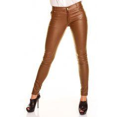 Dames skinny broek in een licht glimmende kleur bruin. De De knoop aan de voorzijde en details op de zakken zijn voorzien van zirkonia steentjes voor een glamorous effect. Gemaakt van 100% polyester.    http://www.lookinggoodtoday.com/dames-kleding/broeken-dames