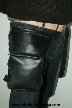 Riñonera para moteros que se sujeta a la cintura y a la pierna para que quede bien fija. Realizada en piel y con dos bolsillos con cierre de cremallera. http://www.eltallerdelarosa.com/carteras-y-bolsos-de-piel/529-rinonera-motera-de-piel-6524.html