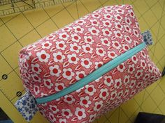 Sewing pattern: Bits of Life: Voila! A Cosmetic Bag BOXY shaped. Cosmetic Bag Tutorial, Zipper Pouch Tutorial, Sewing Tutorials, Sewing Projects, Sewing Patterns, Makeup Bag Tutorials, Sewing Stitches, Craft Projects, Diy Makeup Bag