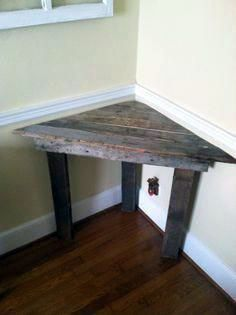 Easy corner desk out of pallet wood. Also would be a great corner bench seat for a small space. Pallet Desk, Reclaimed Wood Furniture, Diy Pallet Furniture, Retro Furniture, Furniture Plans, Rustic Furniture, Home Furniture, Furniture Projects, Furniture Cleaning