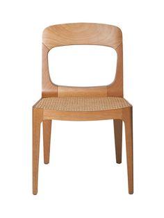 Cadeira Calle com estrutura em madeira maciça, assento em palha rattan com chassi em tela ou madeira, e opção de assento estofado.