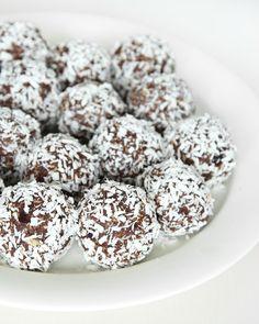 """Ingen kan tror att dessa kokosbollar inte innehåller socker – de är precis lika smarriga som """"vanliga"""" havrebollar!"""