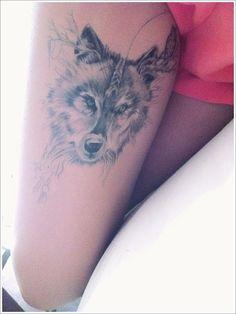 Lobo en pierna tatuaje