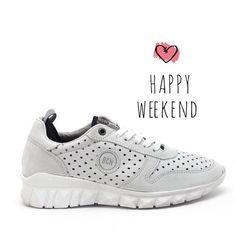 Happy weekend💕 #sneakers #bcn #urban #stile #whitesneakers#sneakersadict