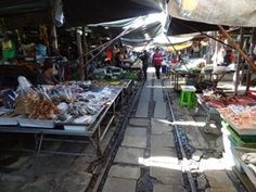 Maeklong Railway Market is uniek en spectaculair