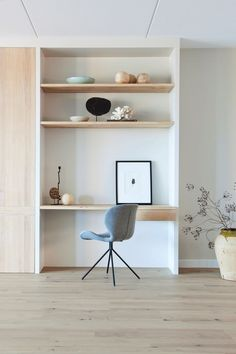 "A calm work space in a living room. Home office design Foto: Anneke Gambon - ""Stijlvol Wonen"" ­‐ © Sanoma Regional Belgium N. Office Nook, Home Office Space, Small Office, Home Office Design, Home Office Decor, House Design, Office Ideas, Office Setup, Desk Nook"