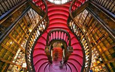 Aquí tenemos a otra celebridad. Desde 1906 la Librería Lello en Porto (Portugal), está considerada una de las más importantes del mundo, gracias a su historia y sobre todo por sus rasgos arquitectónicos, como estas curvadas escaleras