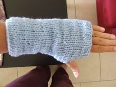 Modèle de mitaines au tricot faciles pour débutante et tutorial pour votre première couture au tricot Easy Knitting, Knitting Patterns, Knitting Ideas, Knit Crochet, Crochet Hats, Free Crochet, Crochet Pattern, Fingerless Mitts, Drops Design